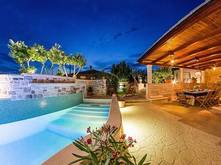 Ultra luxurious villa with heated pool for 9 persons