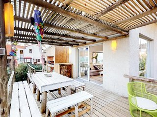 Dog-friendly house with private pool near a sandy beach, shops, restaurants!