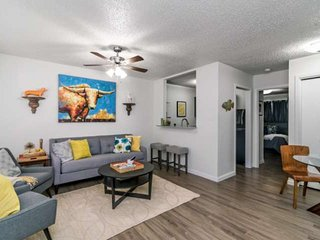 Location, Location! Perfect for those traveling to Austin for work OR for play!