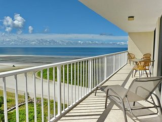 Sun-brightened beachfront condo w/ heated pool & tennis courts