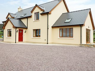 CAHA COTTAGE, mountain and countryside views, in Eyeries, 990047