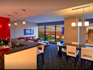 3 Bedroom 3 Bathroom Penthouse Suite with full Kitchen Center Strip Las Vegas