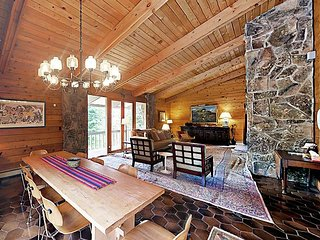Single Family home, Plenty of room, Fireplaces and Hot Tub