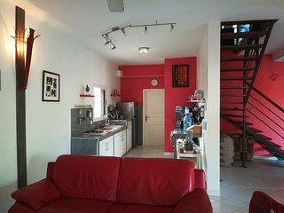 Cuisine équipée, Réfrigérateur, congélateur, four micro-ondes, plaque de cuisson, lave linge.