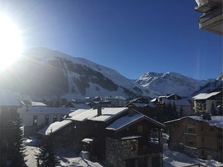 Val d'Isère - large flat modern chalet style with stunning mountain views, 8-10p