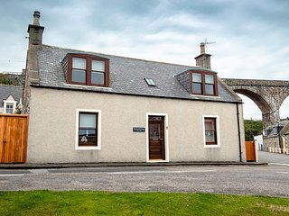 Self catering cottage which sleeps 6, within walking distance of sandy beach