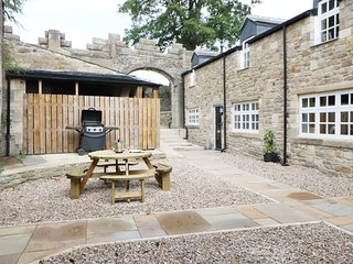 1 THE MEWS, within Stanhope Castle, luxury interior, hot tub, Ref 913413
