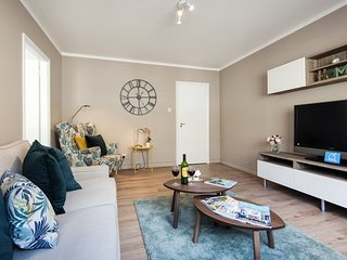 Bright Elm Park Gardens Apartment - DST