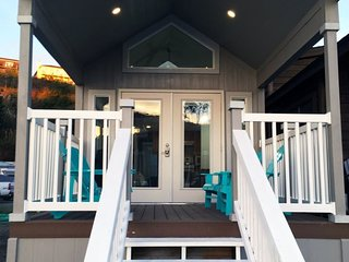 Harbor front tiny home/ furnished deck, In Noyo Harbor with a private dock with