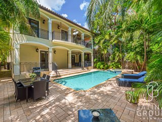 Huge Villa in the Heart of Downtown Miami with pool / Fits 22 Guest!