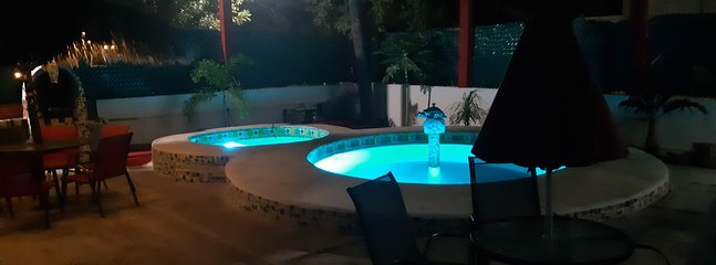 vista de noche del patio exterior