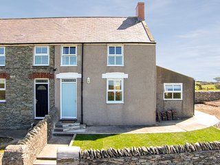 GLASFRYN, end-terrace, pet-friendly, in Llanfaethlu