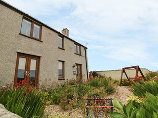 BEACON COTTAGE, stunning sea views, Cemaes Bay