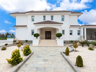 C1 Imperial, High End 7 Bed 5 Bath, Fantastic gardens, Private Pool, Hot Tub