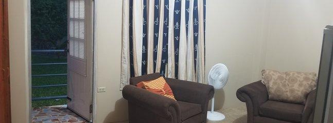 Wohnzimmer Raum so luftig weder der Ventilator noch die Klimaanlage wäre notwendig.