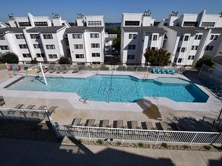 Pool & Lake View*Walk to Shopping/Bars/Restaurants(Sleeps 8) Great Location!