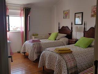Chambre Romantique se partage 2 salles de bain, cuisine, salon et coin repas