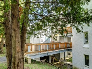 NEW LISTING! Cozy condo with shared hot tub, pool, sauna & more - close to ski!