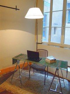 Hai ancora del lavoro da fare, siediti all'angolo dell'ufficio. Spine e adattatori internazionali disponibili.