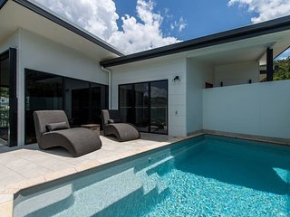 Luxury Home with Pool & BBQ, 5 mins walk to Airlie Beach Centre