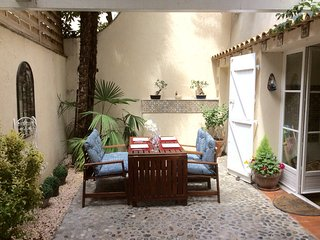 Duplex In old town with private Courtyard, A/C, Wi-Fi, SKY TV, concierge service
