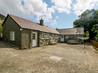 PENLON COTTAGE, bungalow with rural views, Trefor