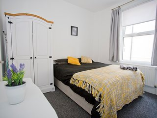 Kings House - sleeps 7 /  1 mile from Bmth Beach