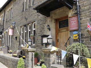 CHUFFING COTTAGE, open-plan, enclosed terrace, near Haworth