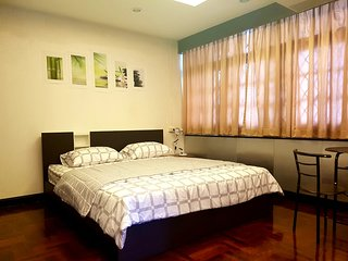 Prime BKK Neighborhood - WiFi, Affordable, Roomy near Phrom Phong Station & Mall