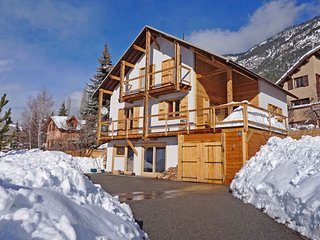 Stunning Serre Che Chalet - Town centre, walk to ski lifts, jacuzzi, 5 ensuites