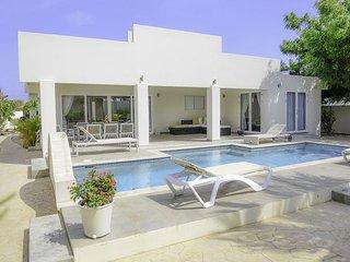 VILLA BLANCA: upscale luxury villa in Esmeralda with sunset view
