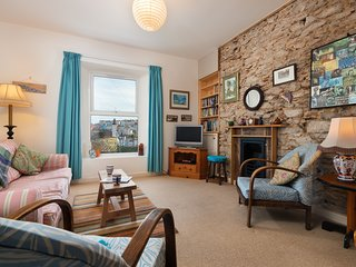 Hillview Cottage - Charming Cottage with Quaint Harbour Views
