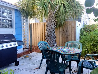 Chic 1 Bed, 1 Bath House with Outdoor Space, Parking