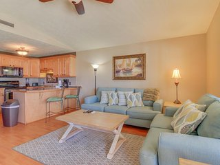 Seaside condo w/ shared fitness center, tennis, pool, hot tub, snowbirds welcome