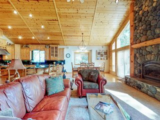 NEW LISTING! Spacious home w/shared amenities - golf, tennis, hot tub, pool