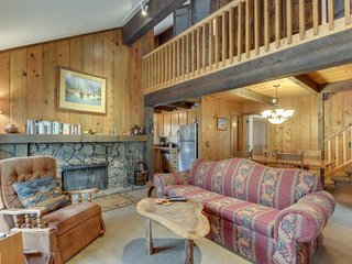Cozy & secluded Sunriver cabin w/SHARC access! Surrounded by beauty & nature