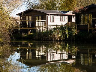 Luxury Wooden Lakeside Lodge BARNACLE Near Longleat