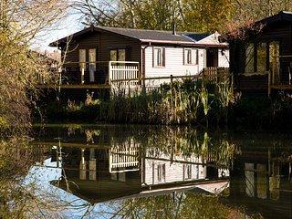 Luxury Wooden Lakeside Lodge BARNACLE Near Longleat