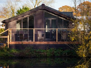 Luxury Wooden Lakeside Lodge DUNLIN with HOT TUB Near Longleat