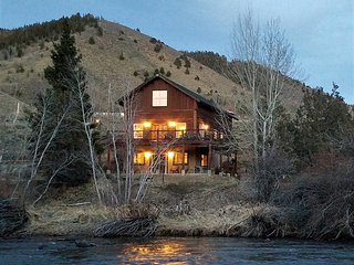 'Red's Retreat', an elegant log cabin on the riverbank of the Big Laramie River