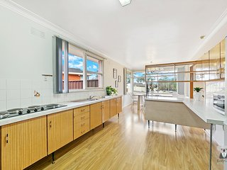 Campbelltown House | 3 Bed | Prviate Backyard |