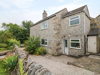 JASMINE COTTAGE, views, lovely garden, in the heart of Youlgreave, Ref. 970052