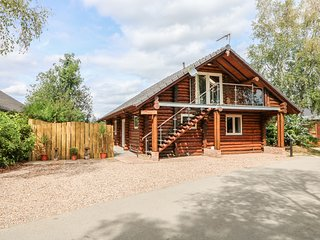 WOODPECKER LODGE, hot tub, lakeside, in Tattershall