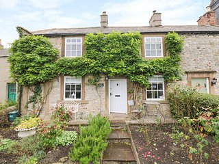 ROSE COTTAGE, pretty gardens, woodburner and gas fire, in Great Longstone