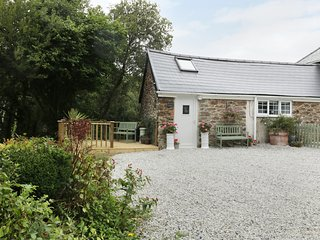BARN ACRE COTTAGE, open plan, near the beaches, near Newquay, Ref 987971