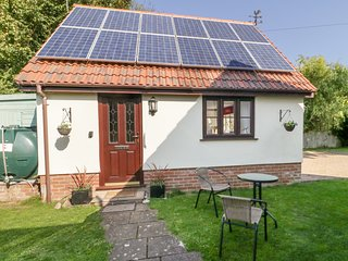 LITTLE WOODCOT, WiFi, garden with seating, in Burton