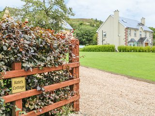 KATE'S COTTAGE, overlooks the mountains, in Rathmullan