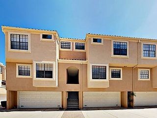 Remodeled 2BR Near Beach w/ Pool & Bikes - Great for Business Travelers
