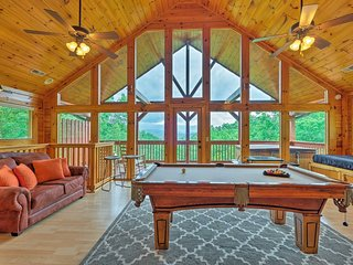 New Listing!  Luxury Cabin in Pigeon Forge, TN.  Beautiful Views with Hot Tub!!!