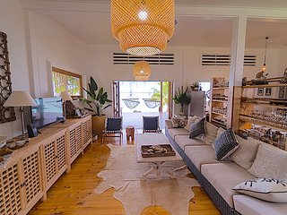 SAILS  Beach House ,Huge 3 Bed, 4 Bath Waterfront Villa